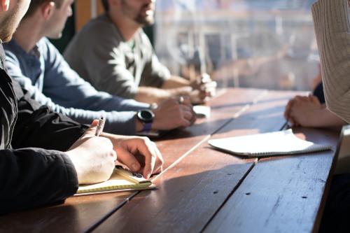 Slika prikazuje ljude na sastanku